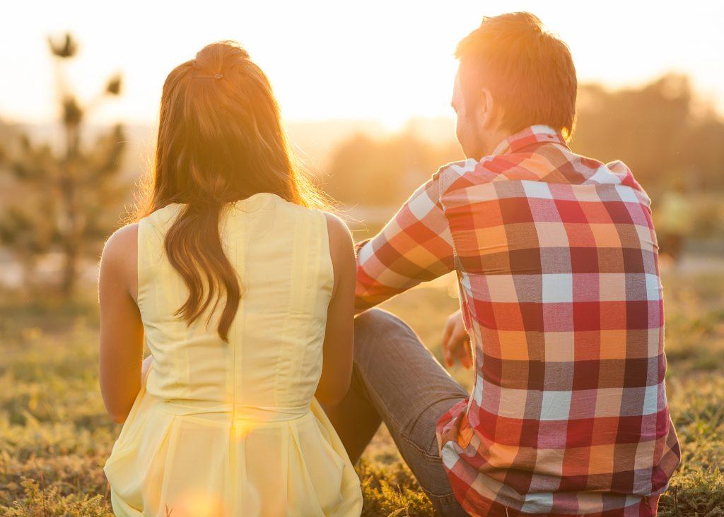 Mann und Frau sitzen zusammen und sind glücklich